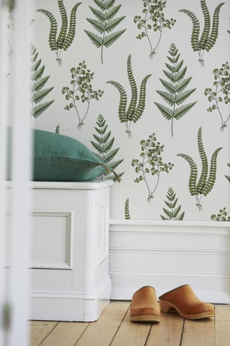 Leaf patterned wallpaper